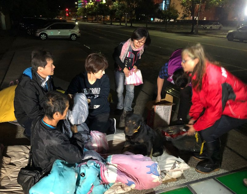 台東今晚氣溫降到攝氏19度,縣長饒慶鈴(左二)夜巡關懷露宿街頭的街友,送上禦寒衣物及食物。記者尤聰光/翻攝