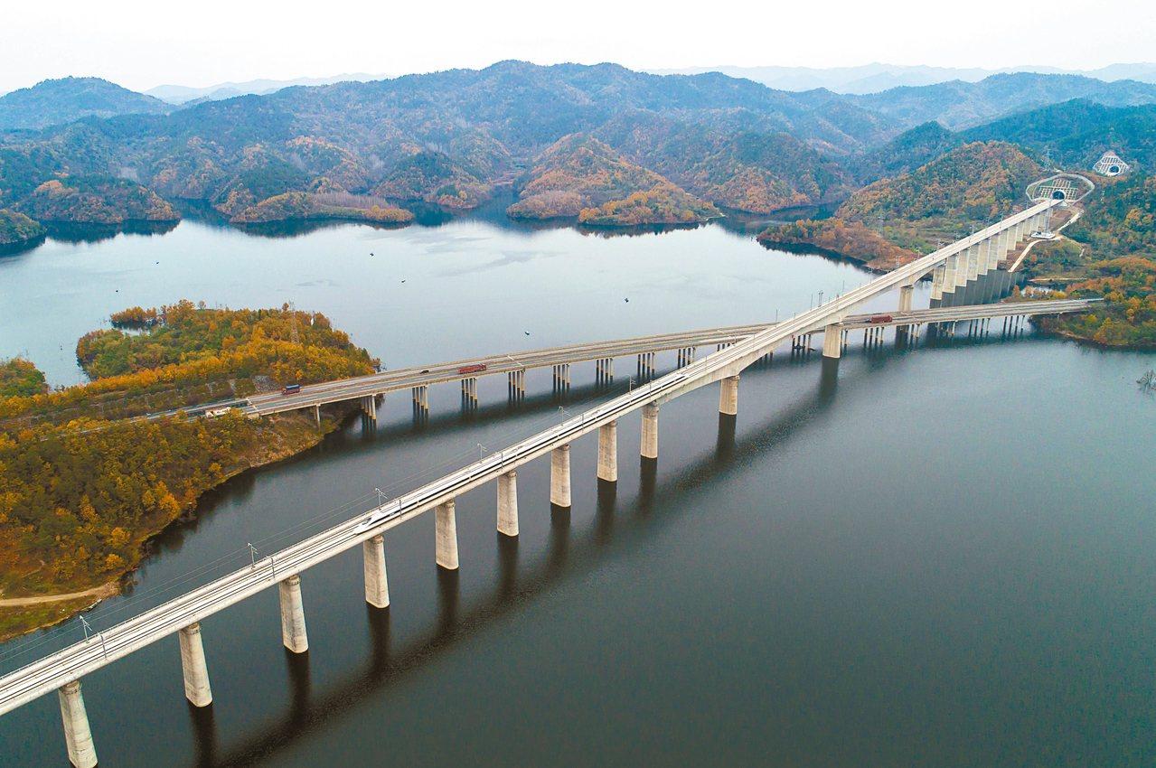 武漢至十堰高鐵開通運營,將大大挹注貧困縣的經濟發展。圖為漢十高鐵試運行期間,一趟...