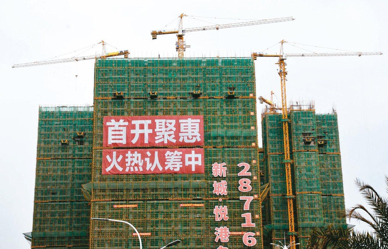11月百城房市趨冷:中國房價下跌城市數量創近4年新高。圖為福建省漳州市的一處在建...