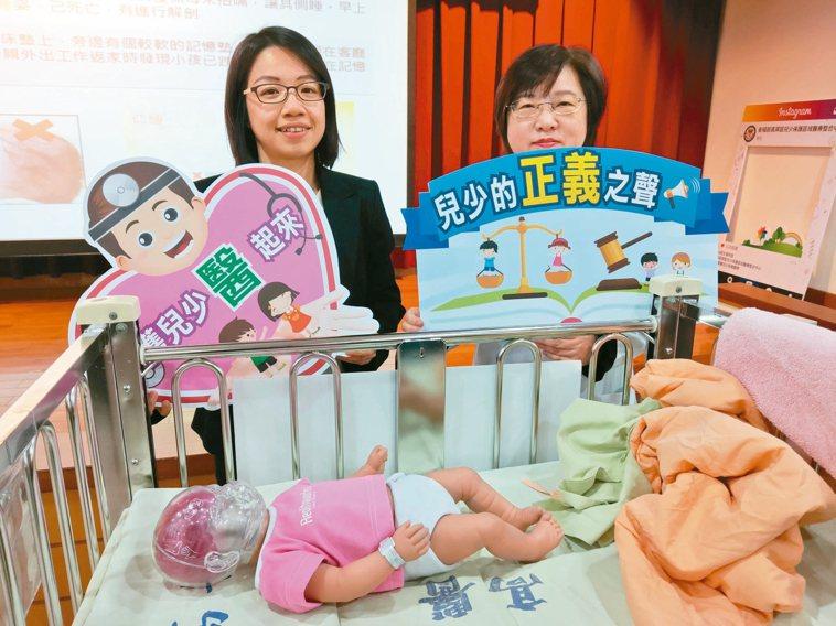 高醫大公共衛生學系助理教授梁富文(左)呼籲1歲以下寶寶任何時間皆應保持仰睡姿勢,...
