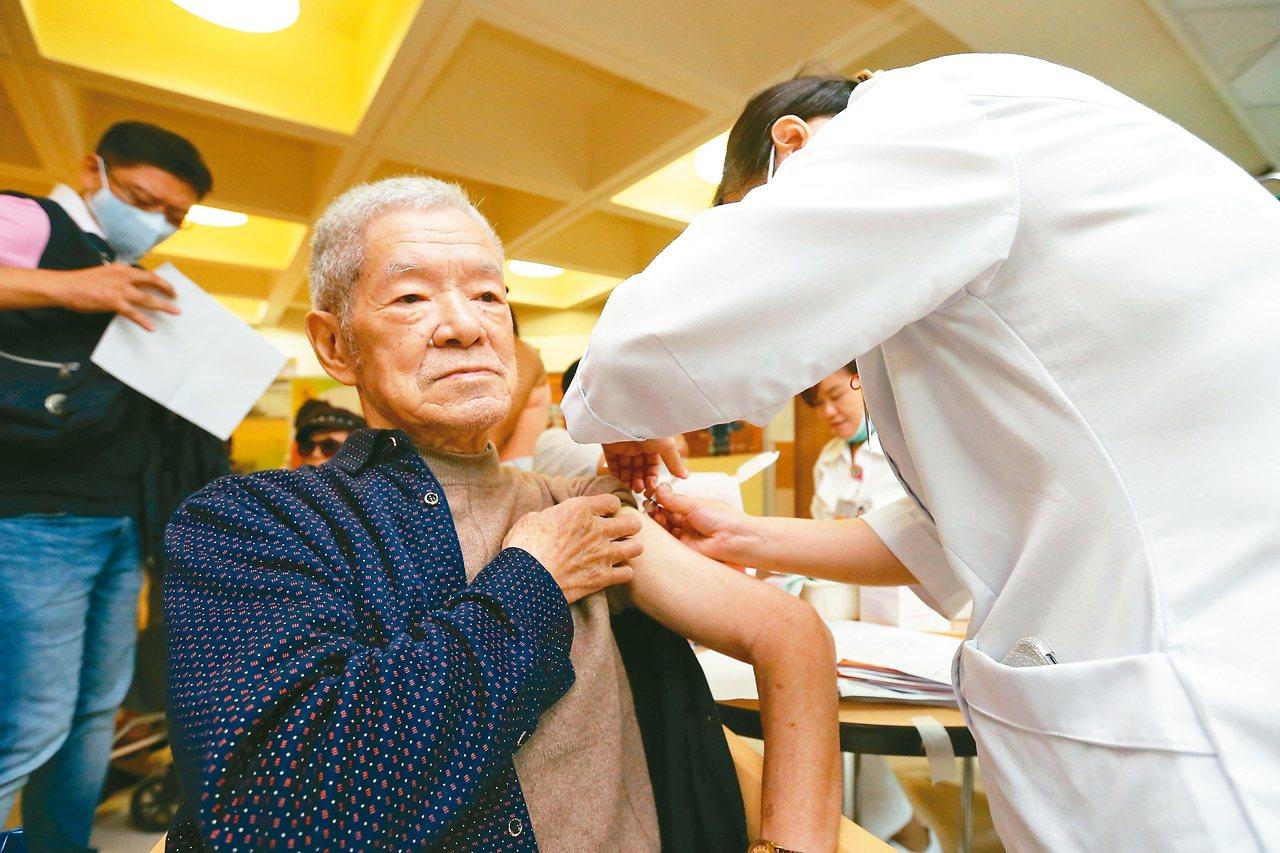 六十五歲以上爺奶、學齡前幼童的公費流感疫苗將在八日開打,適逢周日,部分醫療院所未...