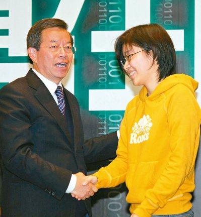 「卡神」楊蕙如(右)涉嫌用idcc帳號在網路帶風向侮辱外交部大阪辦事處遭起訴。國...