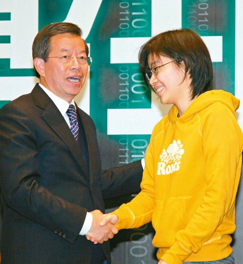 「卡神」楊蕙如(右)網軍案延燒,國民黨質疑駐日代表謝長廷(左)是否幕後教唆。 圖/聯合報系資料照片