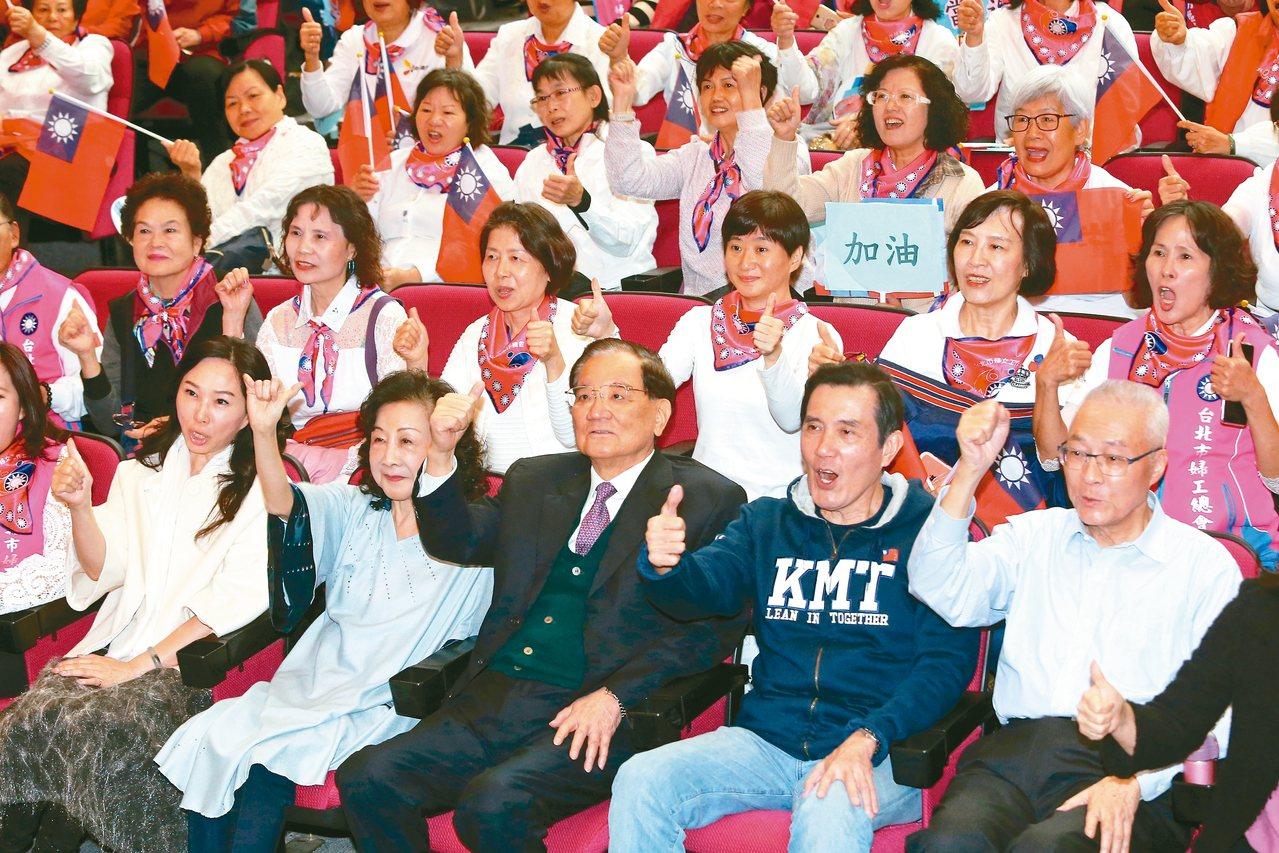 台北市婦工總會昨舉辦韓國瑜及立委參選人後援會成立大會,前排左起李佳芬、邵曉鈴、連...