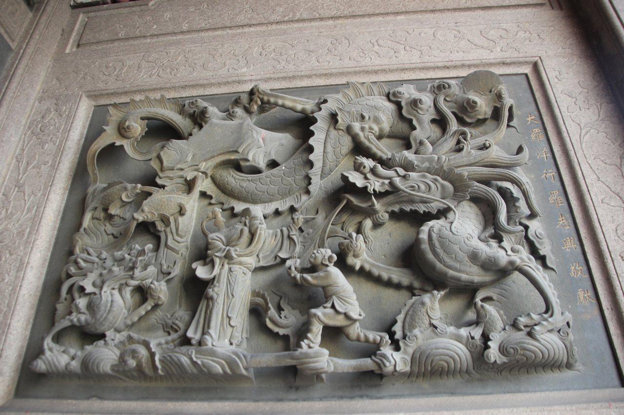 鹿港天后宮的石雕出自名家蔣馨之手。 記者林宛諭/攝影