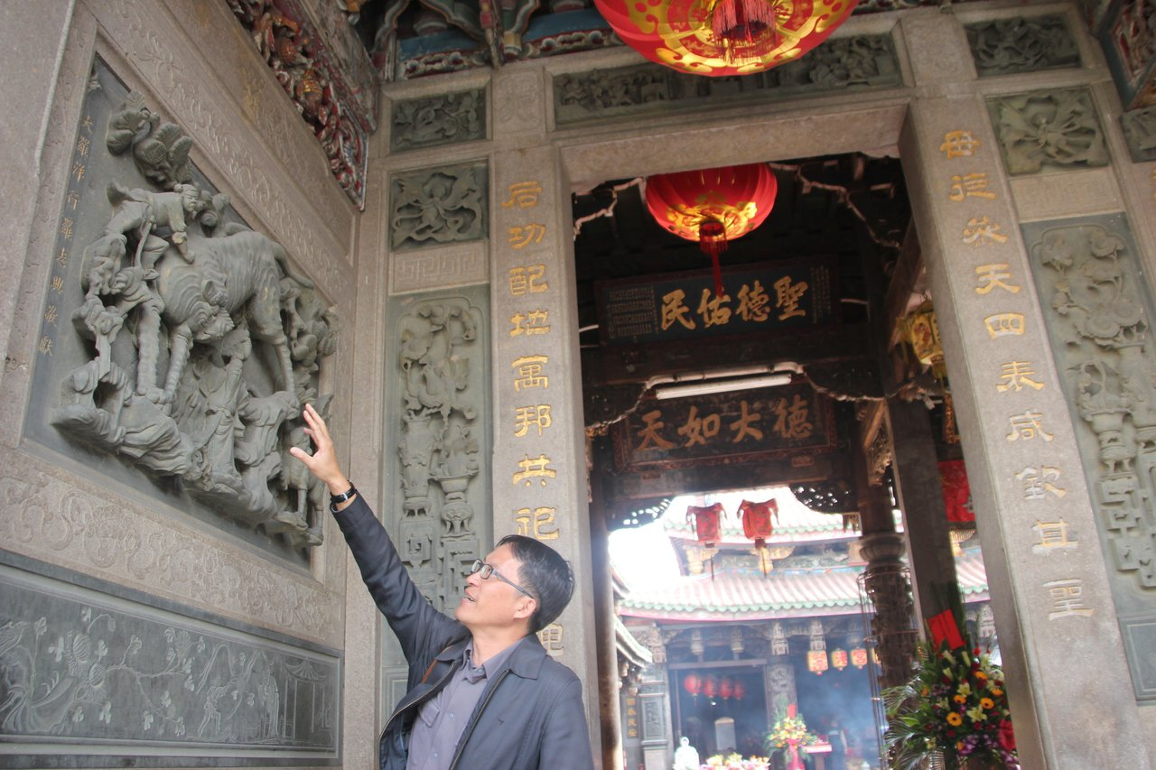 文史工作者陳仕賢說,鹿港天后宮的石雕出自名家蔣馨之手,極具可看性。 記者林宛諭/...