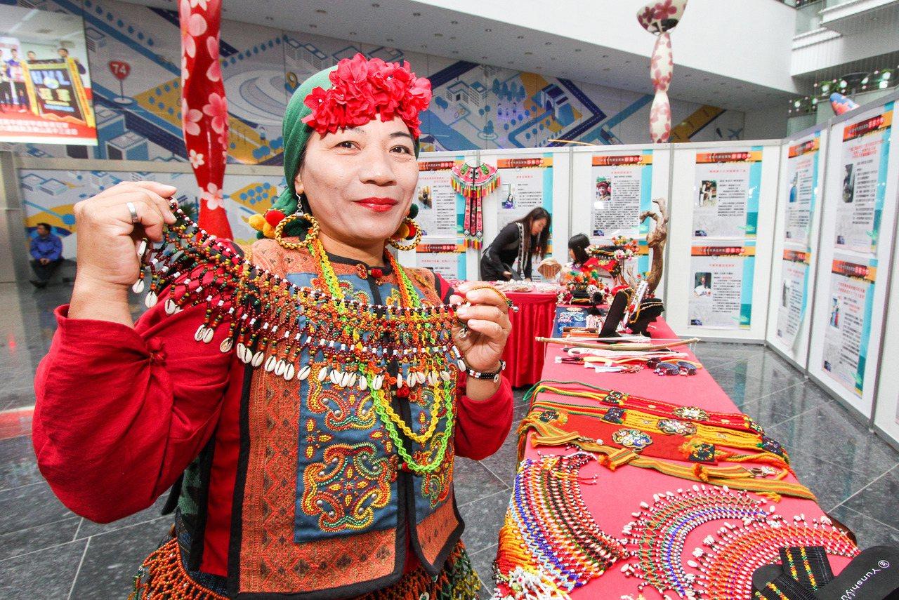 台中市原住民族部落大學成果展,展示包括魯凱與排灣族珠繡工藝、噶瑪蘭族特有香蕉絲工...