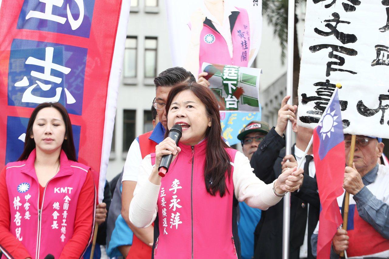 國民黨昨赴外交部抗議民進黨利用網軍,害死大阪辦事處長蘇啟誠。記者曾原信/攝影