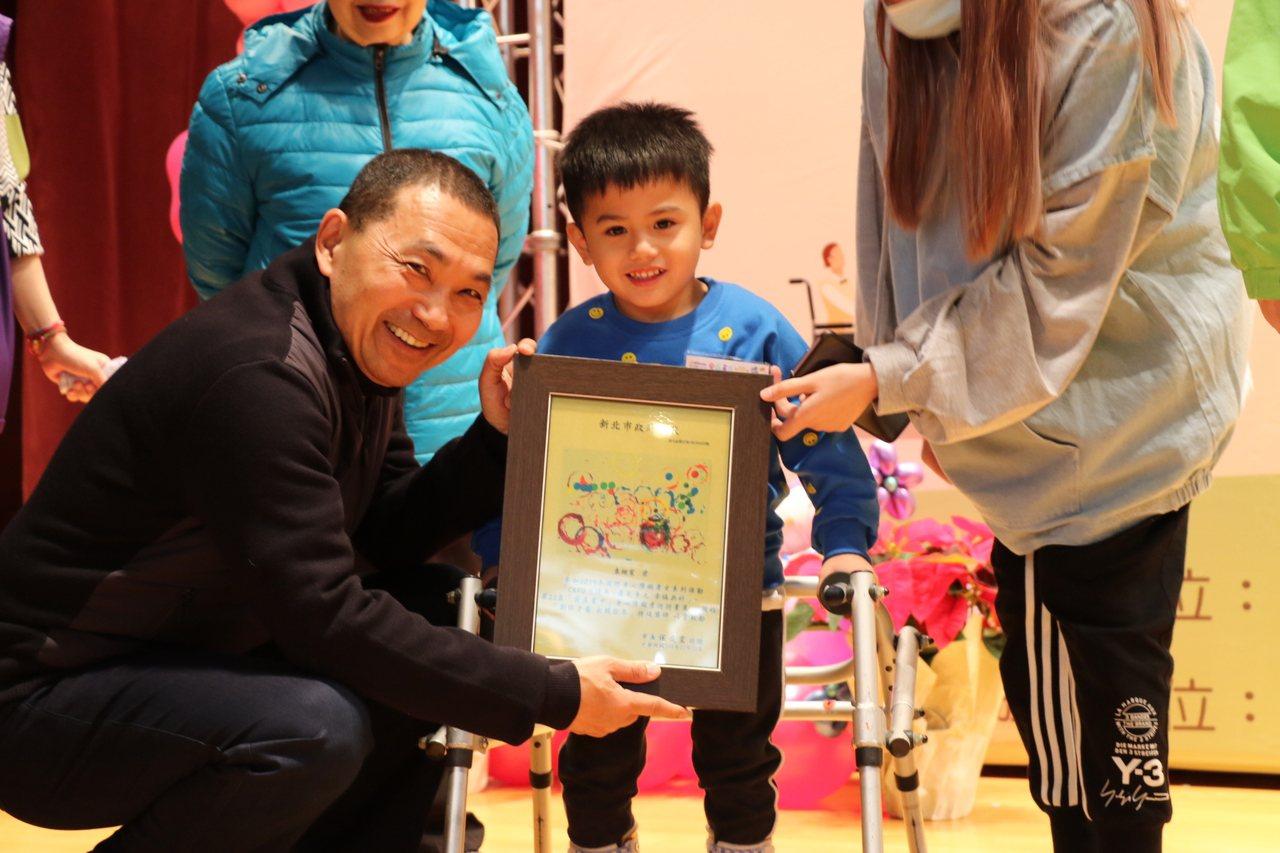 年僅4歲的袁翊宸是124名得獎者中年紀最小,他用布丁杯和飲料杯沾顏料,以不同色調...