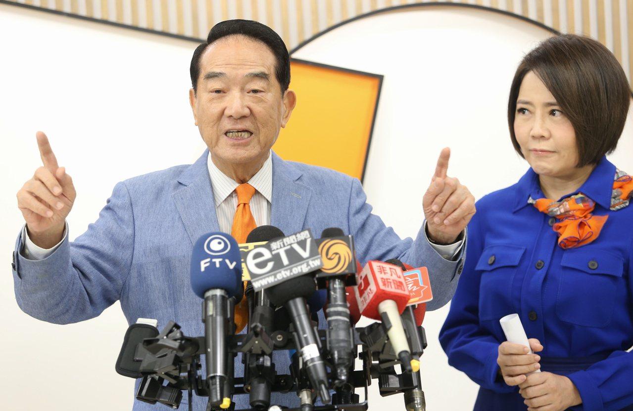 親民黨總統參選人宋楚瑜(左)昨由發言人于美人陪同接受聯訪時強調,做總統要有讓台灣...