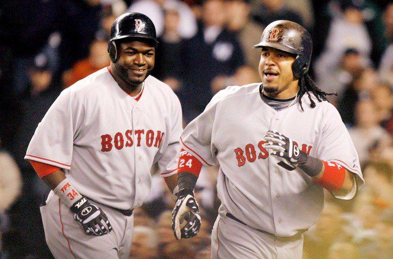 紅襪不計前嫌,讓曼尼(右)攜手昔日戰友歐提茲(左)一起進入紅襪名人堂。 歐新社
