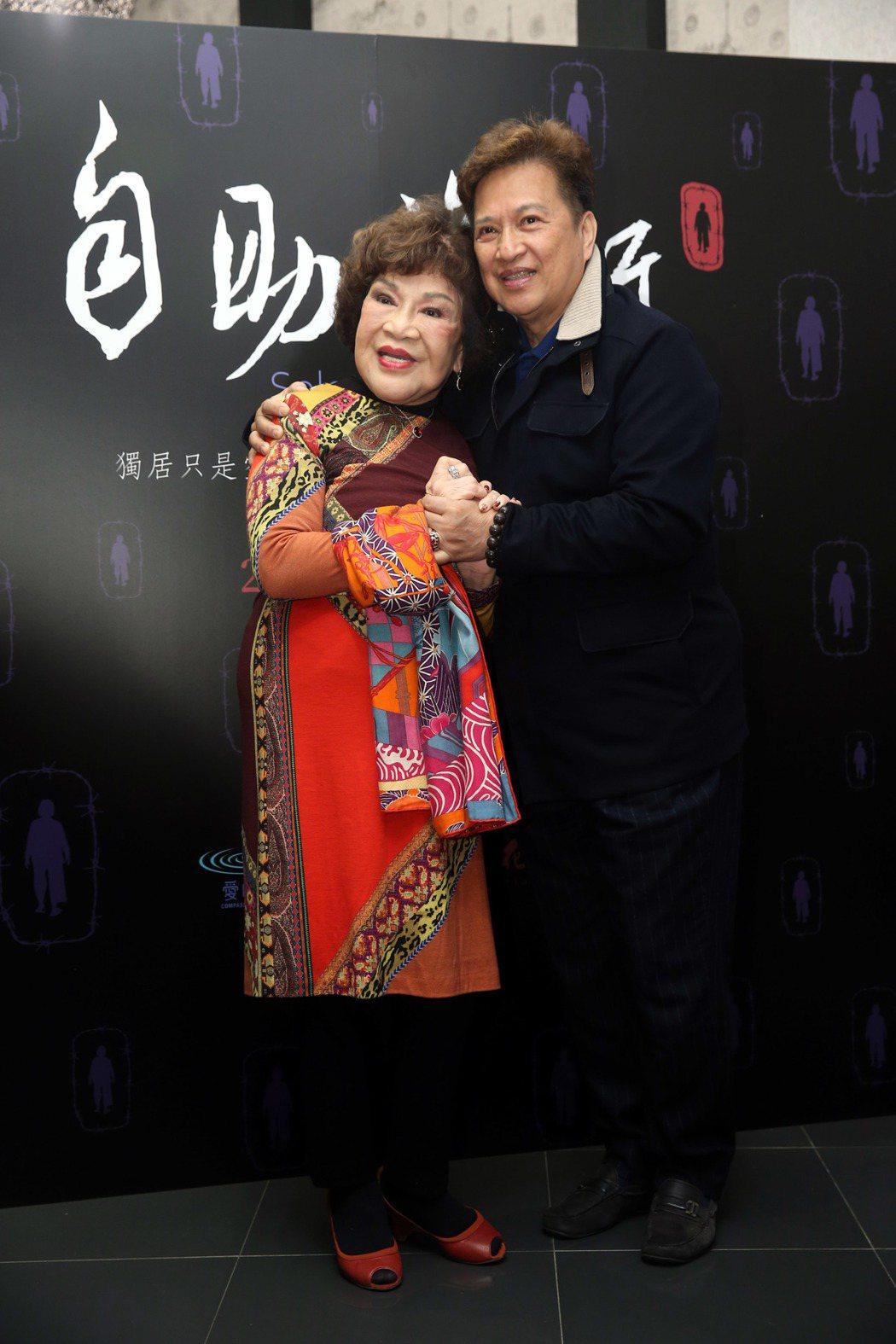 周遊(左起)、李朝永為公益電影《自助旅行》放映會站台,並發表對老年生活的想法。記...