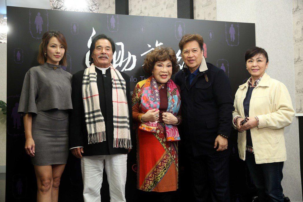 黃瑄(左起)、雷洪、周遊、李朝永、蕭惠為公益電影《自助旅行》放映會站台,並發表對...