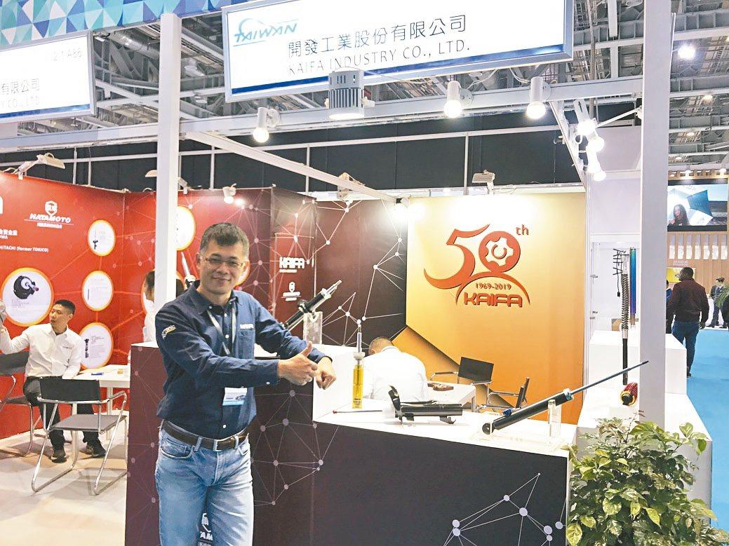 開發工業協理陸中邦介紹ASTronic藍牙電子可調式避震器功能。 蔡耀章/攝影