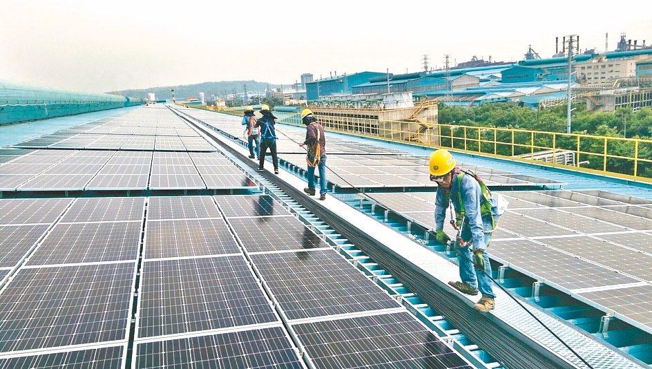 經濟部即將預告明年再生能源躉購費率,據悉,包括風電、太陽光電都擬調降,引發業者、...
