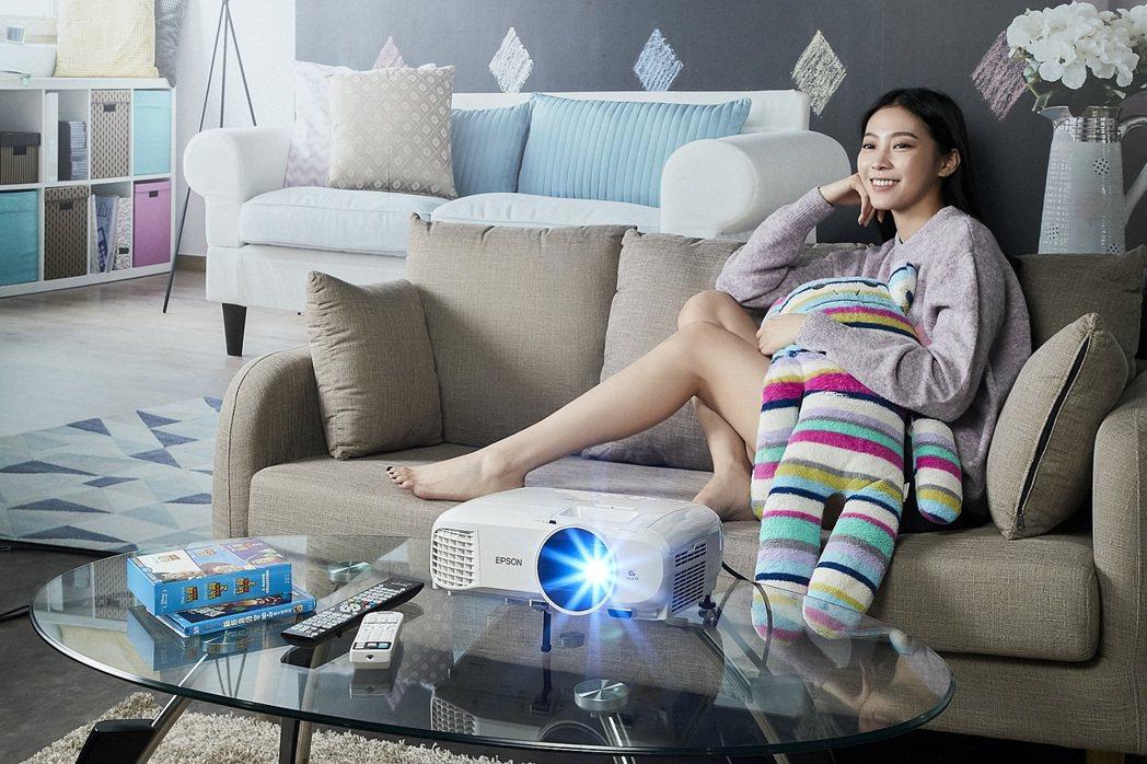 Epson EH-TW5400投影機,輕鬆打造專屬家庭劇院。 台灣愛普生/提供