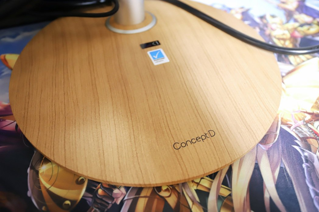 ConceptD CP7271K P底座採木質設定。 彭子豪/攝影