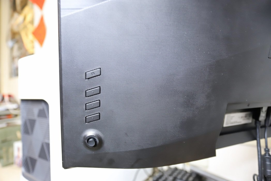 ConceptD CP7271K P所有設定按鍵均於背板。 彭子豪/攝影