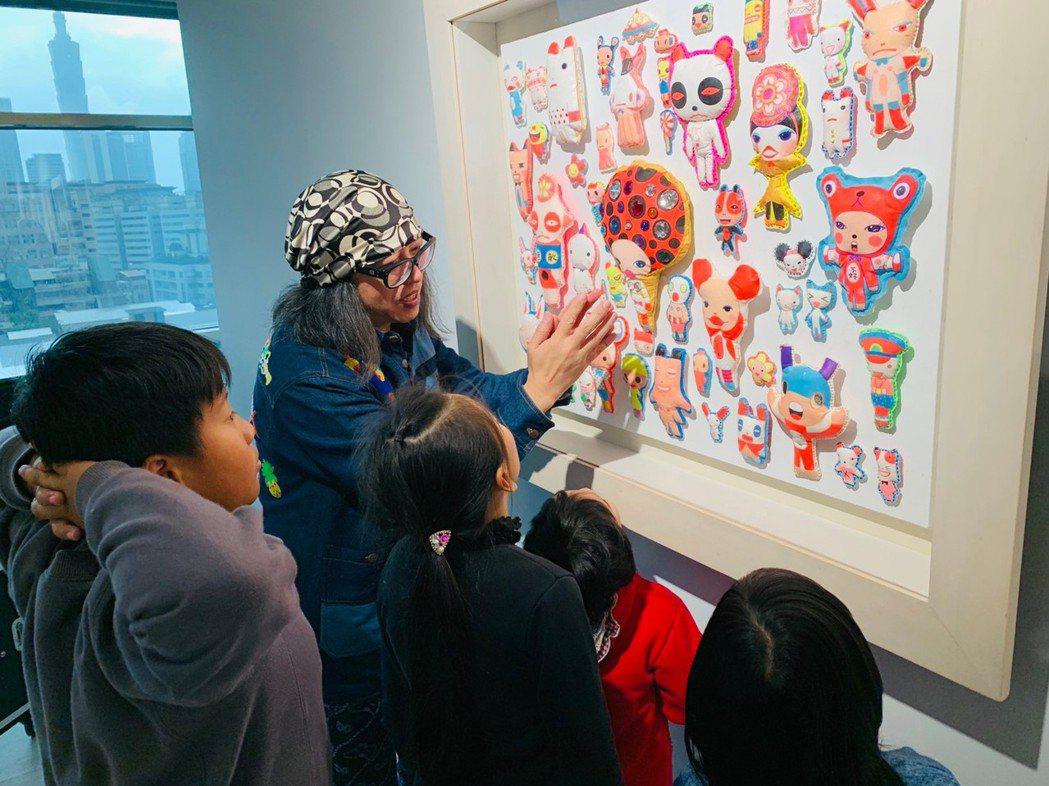 三峽大成國小聆聽藝術家可樂王介紹創作。用心快樂社會企業/提供