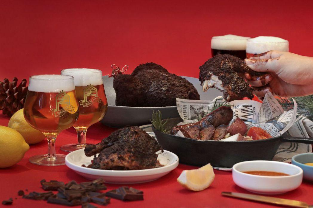 「黑勢派對分享餐」內含獨創料理「巧克黑心雞」、「調皮腹黑腸」及4杯掌門精釀啤酒。...