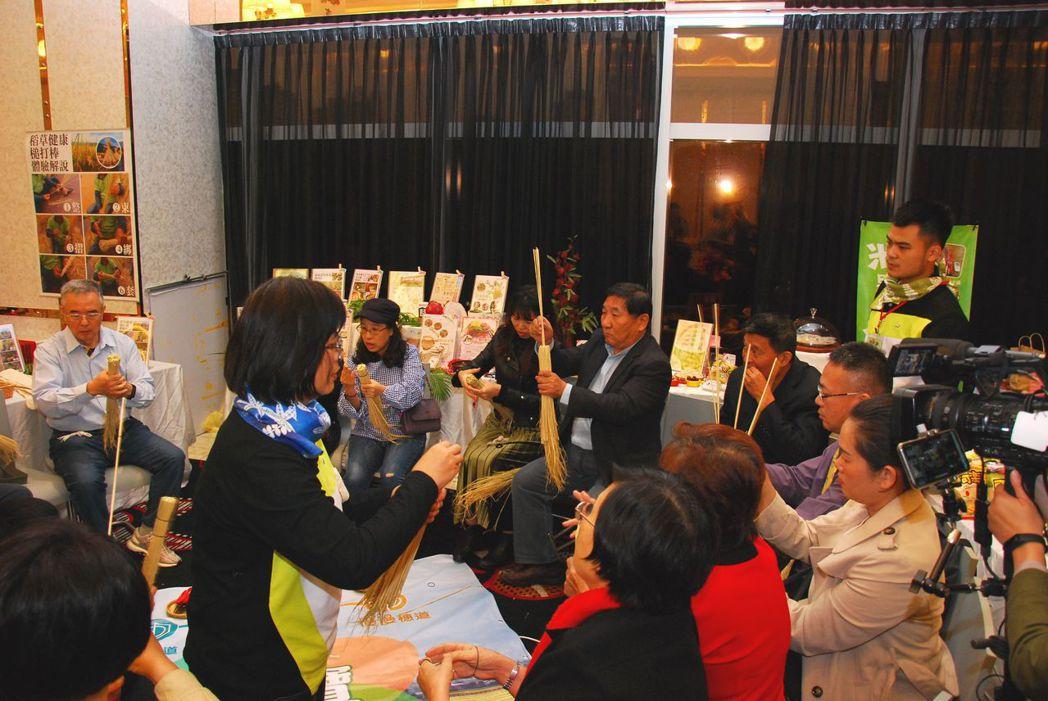 參加體驗的民眾在工作人員指導下相當專注。 楊鎮州/攝影