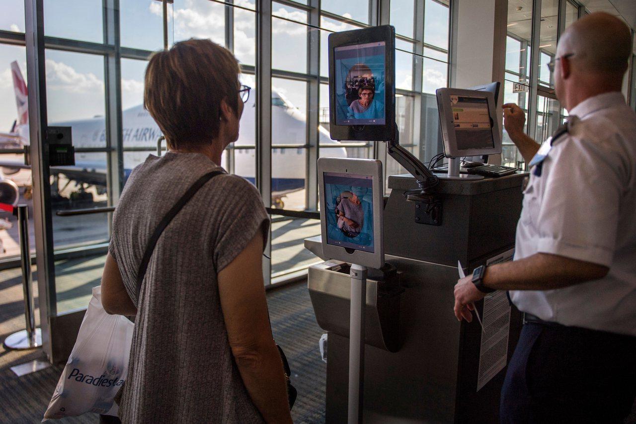 國土安全部擬要求所有出入境旅客,包括美國公民在內,皆需在機場接受拍照進行臉部辨識...