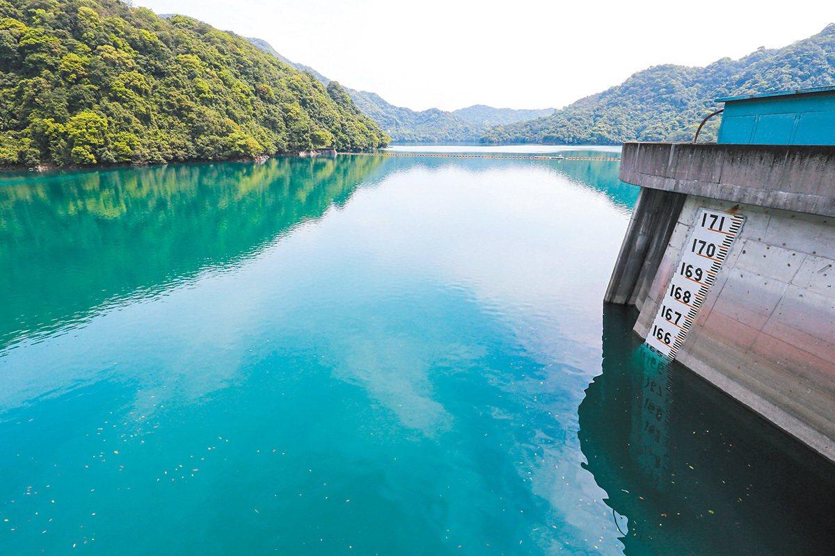 近年來氣候暖化、暴雨愈頻繁,台灣水庫的容量不大,常常需要洩洪,留不住雨水。 圖/...