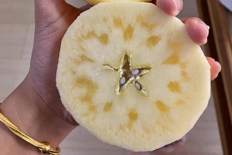 他切開蘋果發現藏蜜超驚喜。圖片來源/<a href=