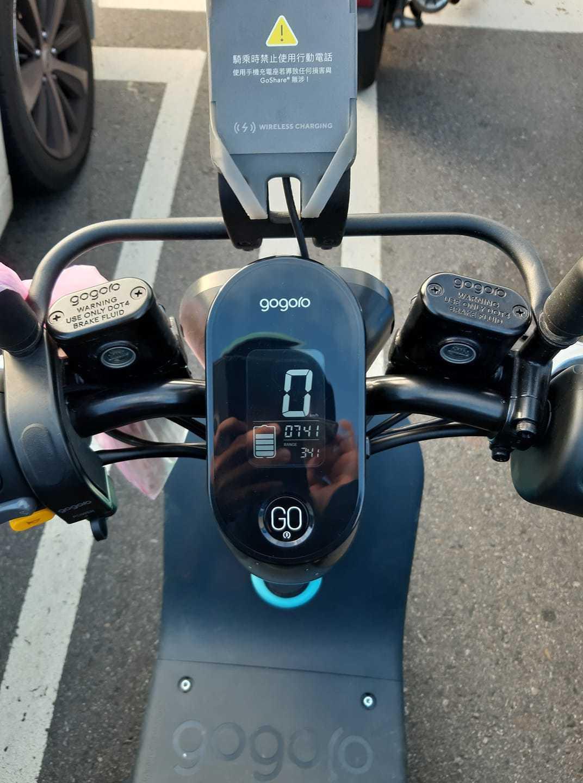 原PO抱怨Gogoro VIVA不但沒掛鉤,騎的速度也很慢。圖擷自臉書社團「爆怨...