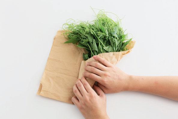 龍鬚菜買回後,如果當天不料理,可用牛皮紙包起來冷藏。 圖片提供/台灣好食材(攝影...
