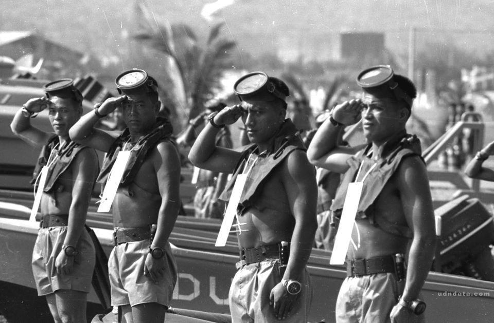 報時光po出1968年先總統蔣中正視察海軍時的照片,並邀網友指認照片中的軍官。圖...