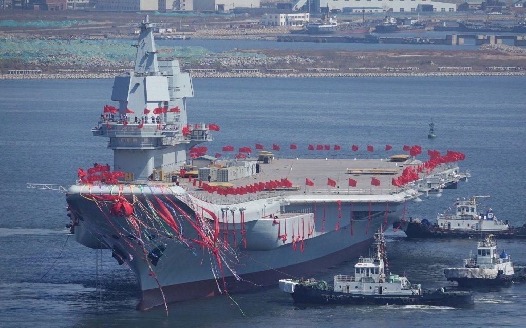 中國首艘自製航母在最近又通過臺灣海峽,在中國有3-4艘航母成軍後,就可以組成獨立作戰的海上力量,從太平洋打擊臺灣東岸,甚至發動登陸作戰。 圖/路透社