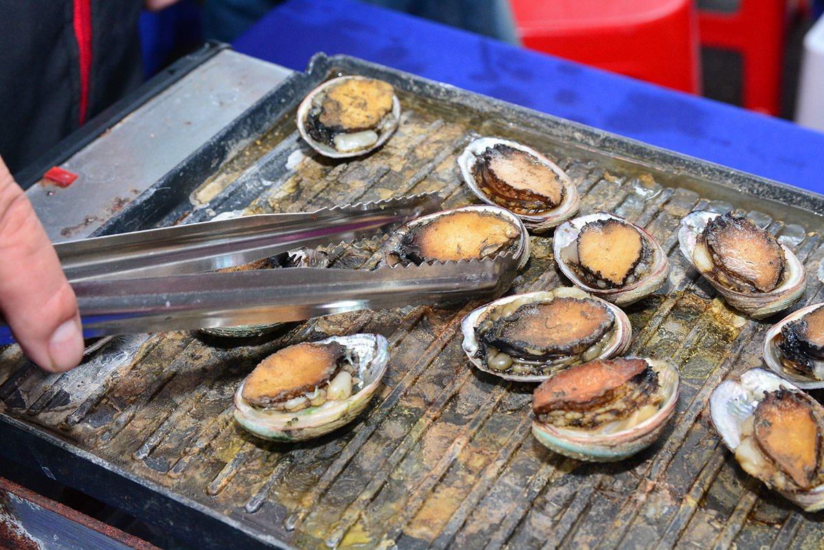 活動當天提供限量鮮烤九孔免費試吃。 圖/新北市政府農業局 提供