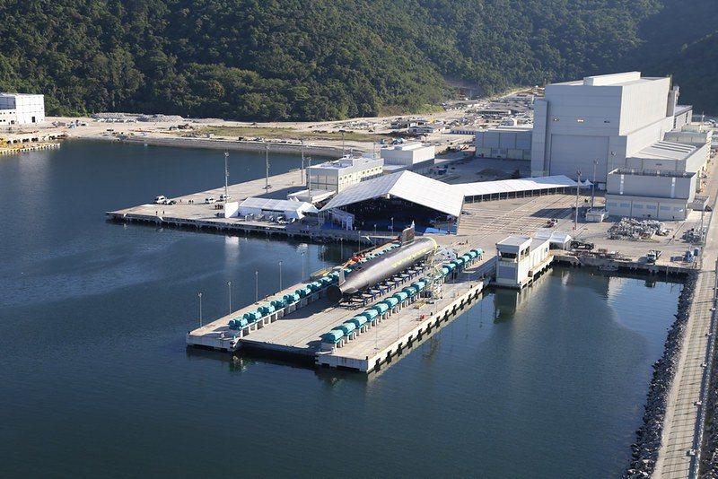 台船為潛艦國造計畫興建的廠房,在未來可移作維修用途,甚至建造下一代潛艦之用。圖為法國協助巴西建設的潛艦廠房與2018年下水的利亞裘維洛號潛艦。 圖/取自巴西海軍 Flickr