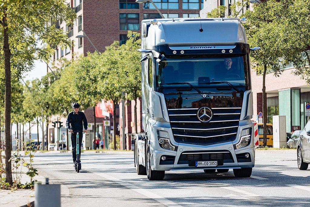 面對大車死角,德國戴姆勒重車集團研發Sideguard Assist車側防護系統...