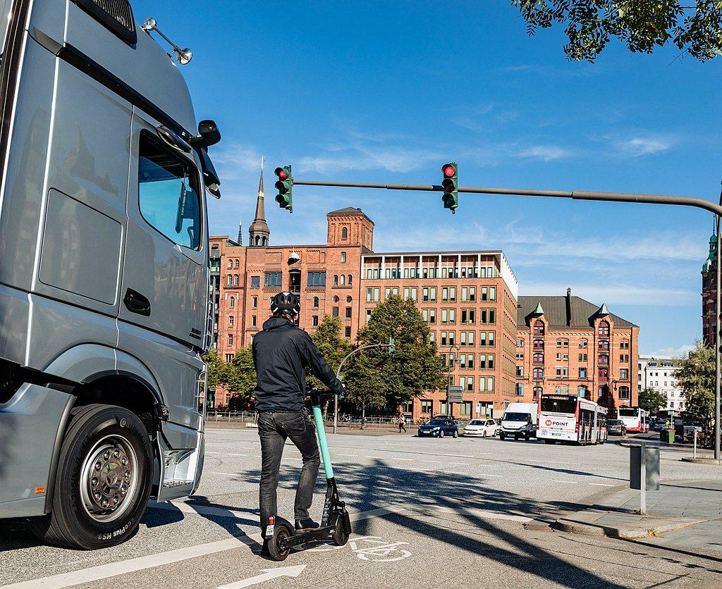 升級版Sideguard Assist車側防護系統,則是在既有行人、自行車與障礙...
