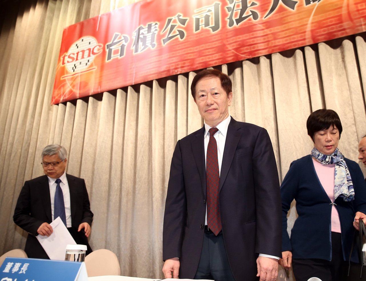 台積電總裁魏哲家(左)、董事長劉德音(中)。記者曾吉松/攝影