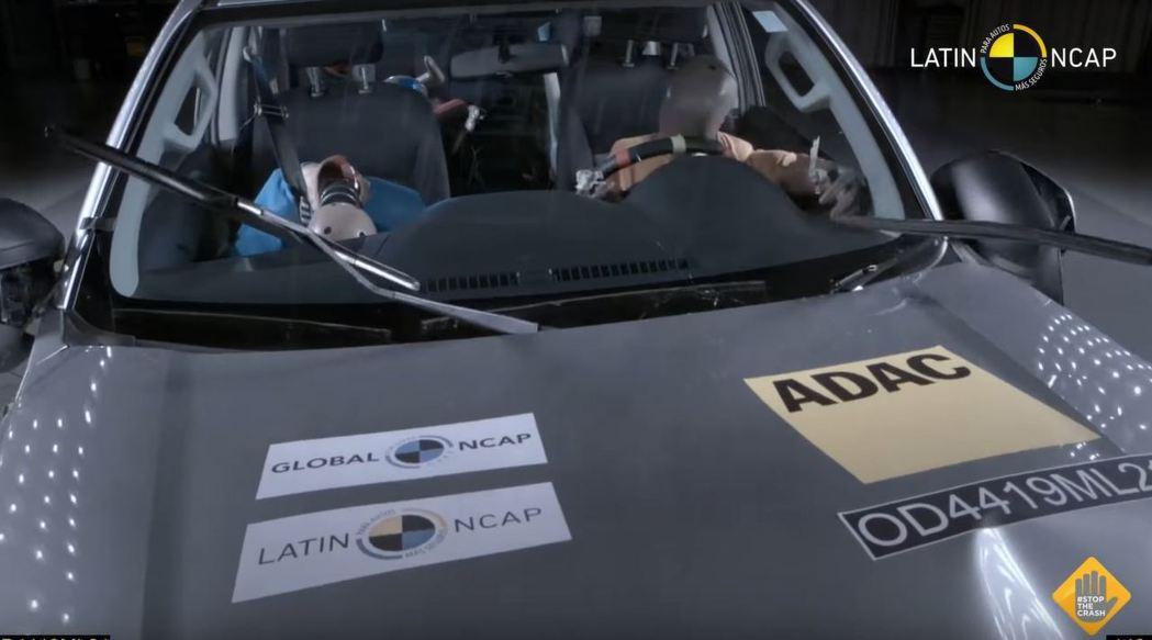 沒有氣囊的話,駕駛的頭部將會直接撞擊方向盤。 摘自LatinNCAP