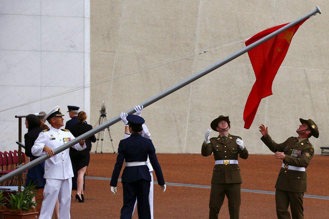 2017年,中共國務院總理李克強訪澳前,澳洲士兵調整中國國旗。 圖/路透社