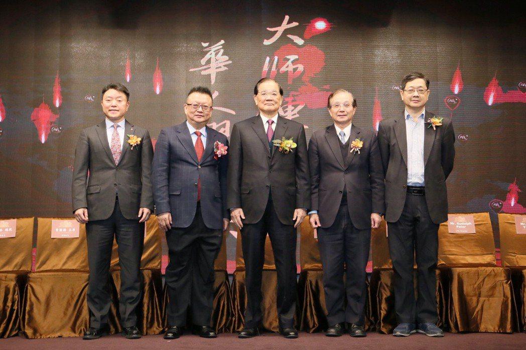 大師鏈今(4)日於台北舉行國際記者會,國民黨榮譽主席連戰(中)出席參加。左二為大...