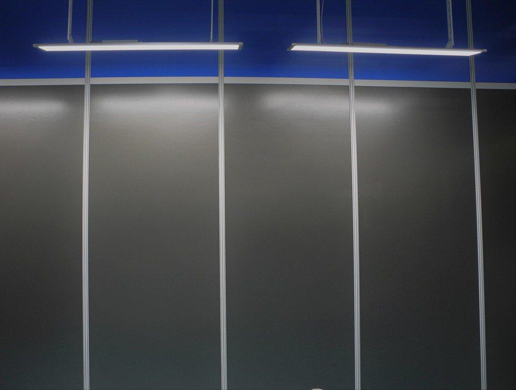 冠大黑版燈獨家偏光設計,能使黑板不反光、不刺眼。 王宇昕/攝影。