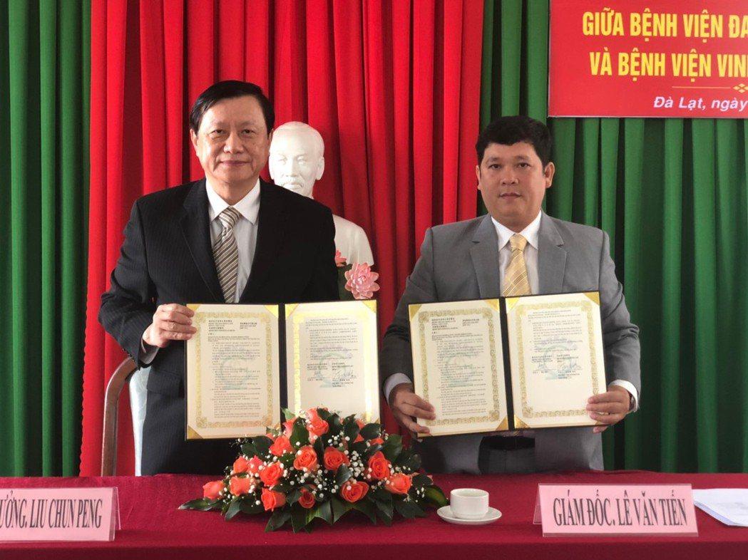 高雄榮總院長劉俊鵬(左)代表院方,與林同省綜合專科醫院,簽署合作備忘錄。 高雄榮...