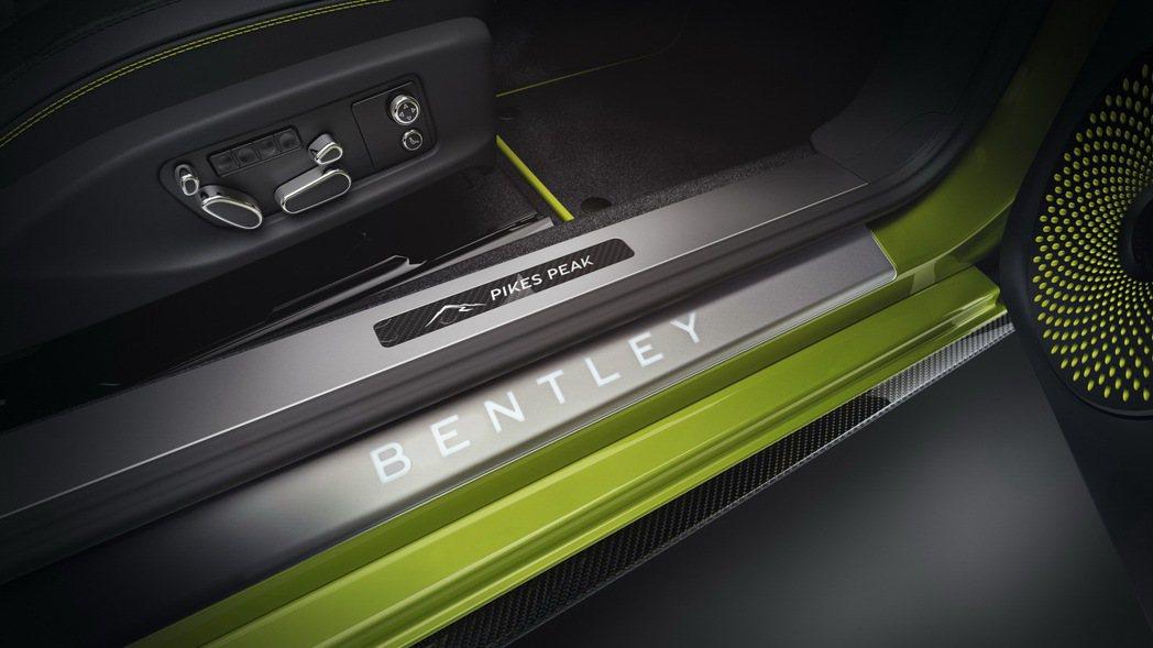 碳纖維迎賓飾板也有派克峰字樣及圖形。 圖/Bentley提供