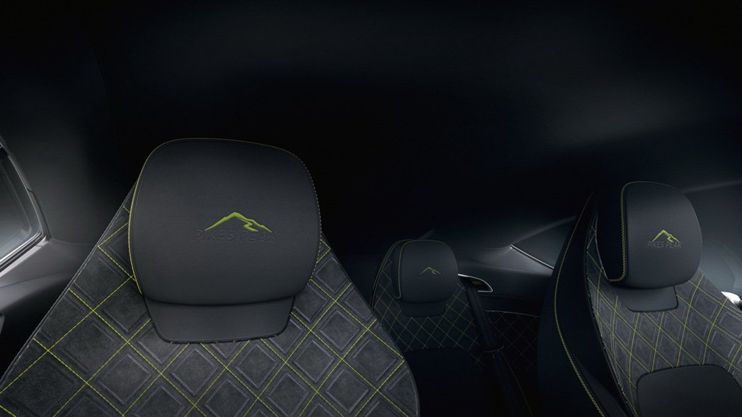 頭枕也繡有派克峰圖形。 圖/Bentley提供