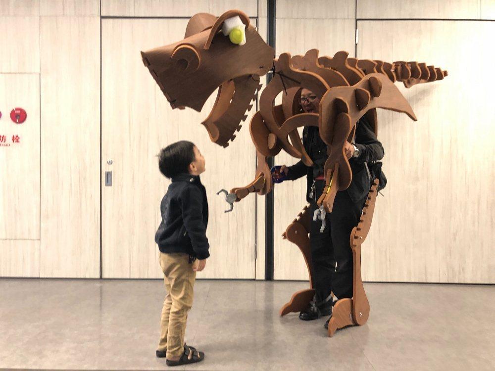 用日常生活用品創作出2.5米高的大恐龍裝。 圖/野蜂國際開發有限公司 提供