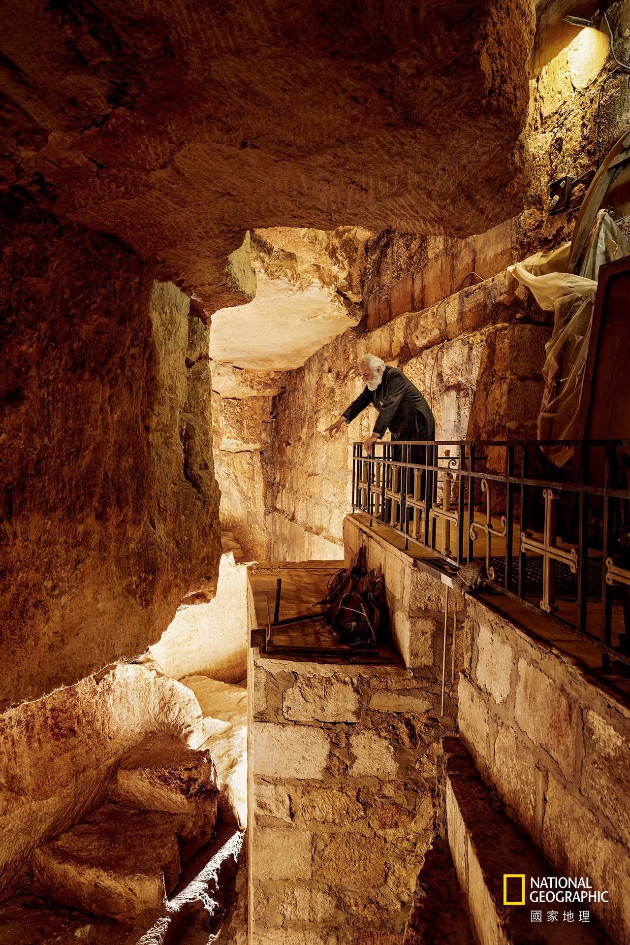 在耶路撒冷基督徒區的聖墓教堂底下,山繆.艾格彥神父俯看一座採石場;在耶穌的年代,...