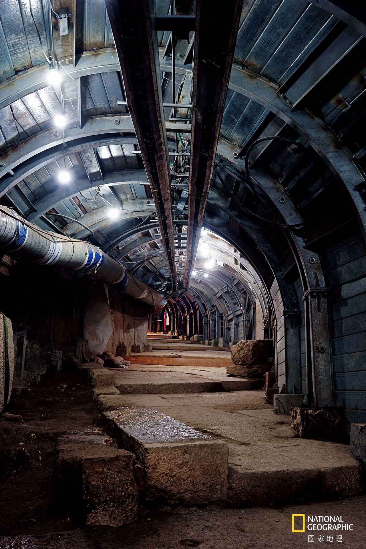 為了發掘在2000年前通往猶太聖殿的階梯道路,以色列考古學家與工程師在巴勒斯坦住...