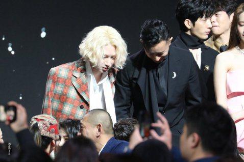 韓庚和希澈今天相繼出席大陸COSMO時尚美麗盛典,他們從以前在Super Junior時期起,就被粉絲封為「庚澈CP」,兩人感情好得沒話說。今晚又重逢同框,感情依舊沒變,勾肩搭背聊得開心,讓資深粉絲...