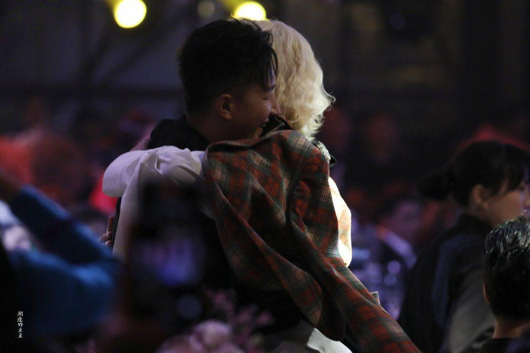 韓庚和希澈開心擁抱。圖/摘自湖邊的豆豆微博