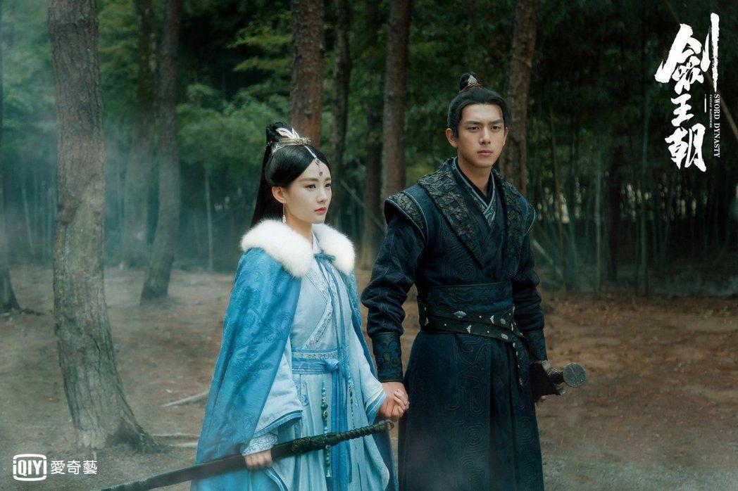 李現(右)、李一桐主演「劍王朝」。圖/愛奇藝台灣站提供